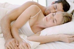 La postura al dormir de una pareja