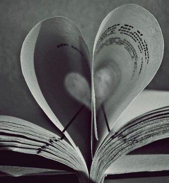 Páginas de libro formando un corazón