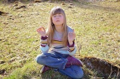 Niña haciendo mindfulness
