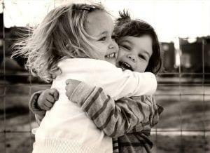Niños abrazándose