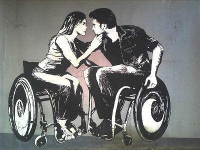 personas con discapacidad besándose
