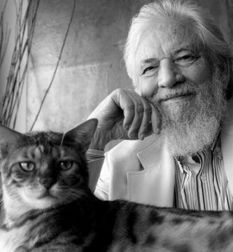 Claudio Naranjo con su gato