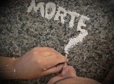 Hombre esnifando cocaina