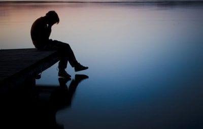 persona sentada con depresión