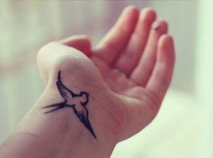 Tatuaje de mujer en la mano