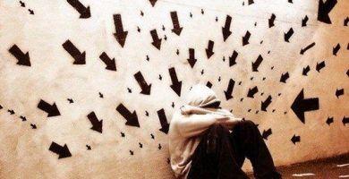 Flechas apuntando a persona con trastorno de ansiedad generalizada